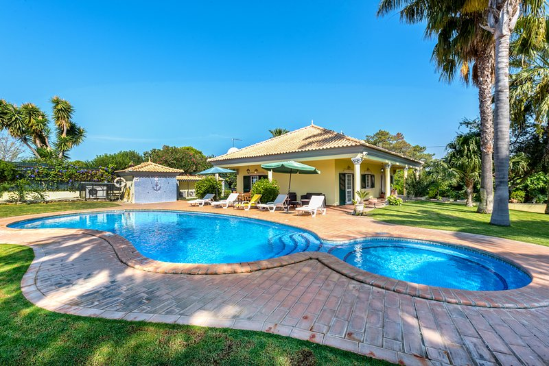 Amazing villa with swimming-pool, holiday rental in Vale do Garrao