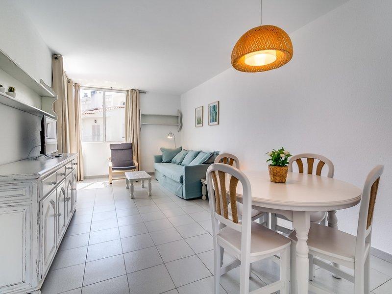 Charming, quiet and bright sea-side apartament, vacation rental in Sant Pol de Mar