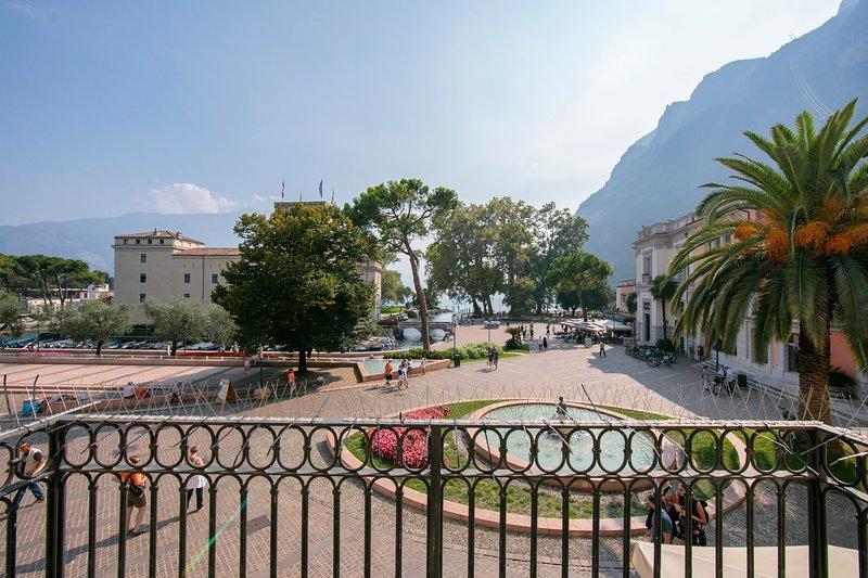 La impresionante vista sobre la plaza, el castillo La Rocca, la fuente y el lago.