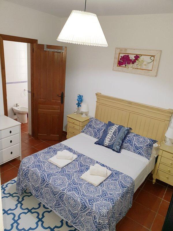Dormitorio principal con Baño privado , armario y comoda.