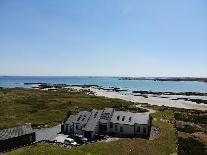 Doleen House - Private sandy beach literally a stone's throw from your front doo, alquiler de vacaciones en Ballyconneely