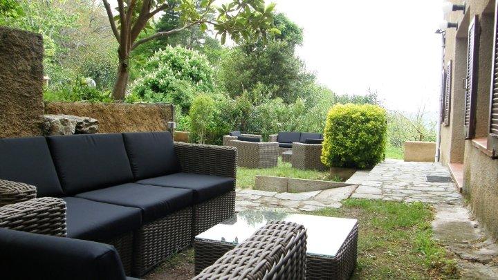 Appartement T3 classé4* (140m²) rez de jardin privé. billard.village typique, vacation rental in Speloncato