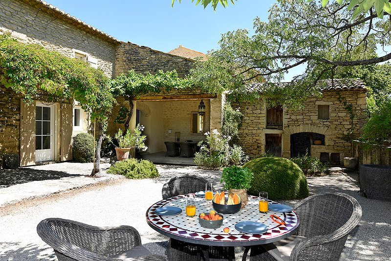 Coustellet Villa Sleeps 6 with Pool and WiFi - 5604782, holiday rental in Cabrieres-d'Avignon