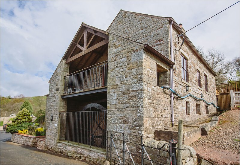 Mill Barn (Hot Tub) 2 bedrooms, holiday rental in Newtown
