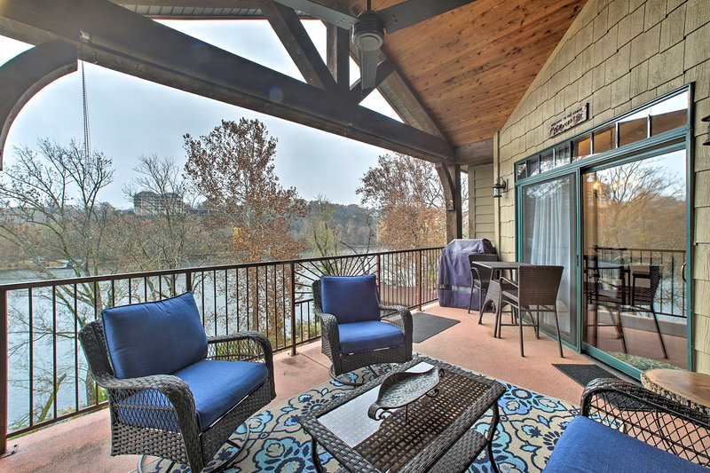 Condo: Pool & Hot Tub - 3 Mi to Downtown Branson!, holiday rental in Rockaway Beach