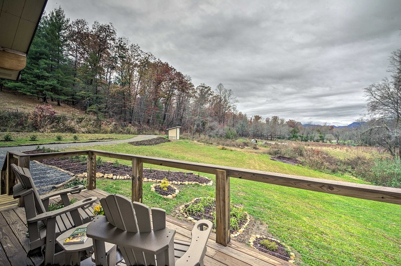 Located 15 mins from Asheville, 'Sawyer's Cabin' is the ideal couple's retreat.