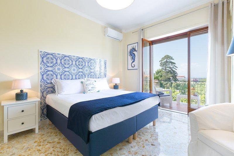 Dormitorio con cama king size, terraza con vista al mar, wifi /, a / condición, usb, muebles de alta calidad