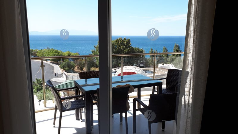 Private luxury apartment, Ramada Hotel and Spa resort with direct sea views., location de vacances à Ozdere