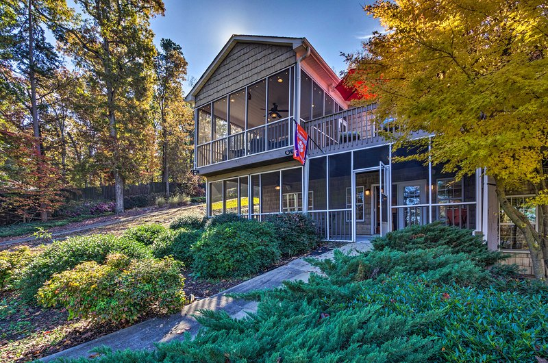 Escape to this Seneca vacation rental townhouse situated on Lake Hartwell!