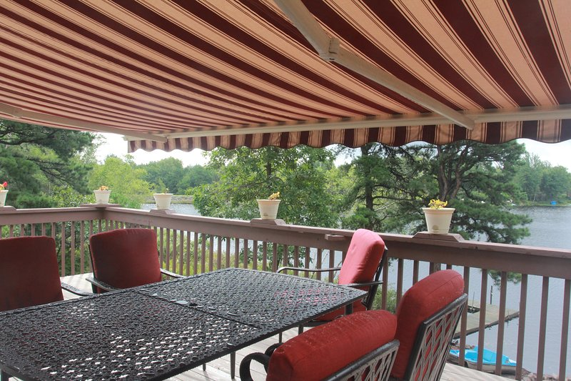 Cozy dining/chatting and enjoy the serene lake
