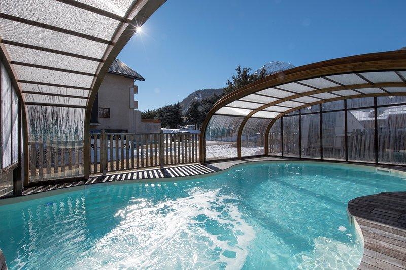 Toma el sol en la piscina semicubierta.