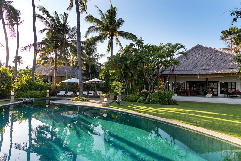 Five Bedroom Beachfront Villa Bahagia Bali – semesterbostad i Buleleng Regency
