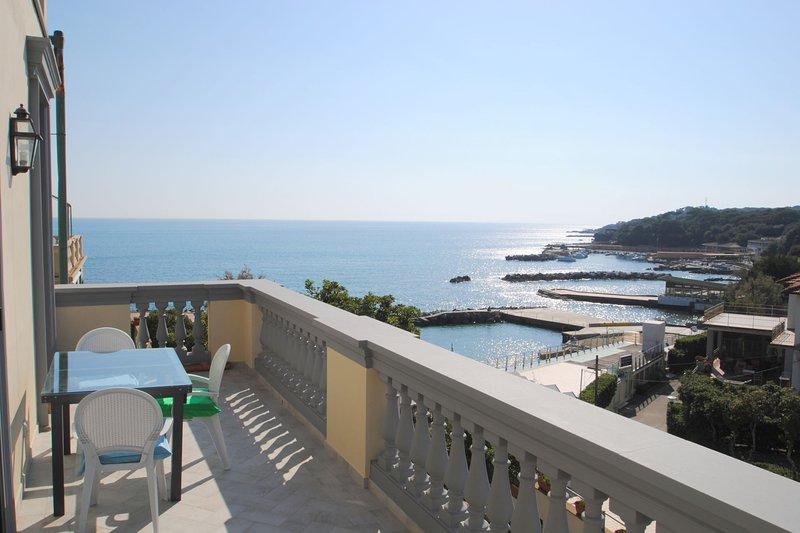 Con terrazza e splendida vista mare - Villa Fiorella p. 1°, vacation rental in Castiglioncello