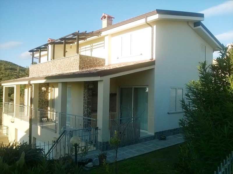Spacious house with pool access, vacation rental in Badolato