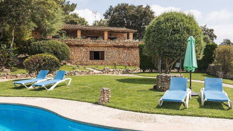 Petit - hübsches Haus mit Pool und tollem Blick auf das Kloster, aluguéis de temporada em Arta