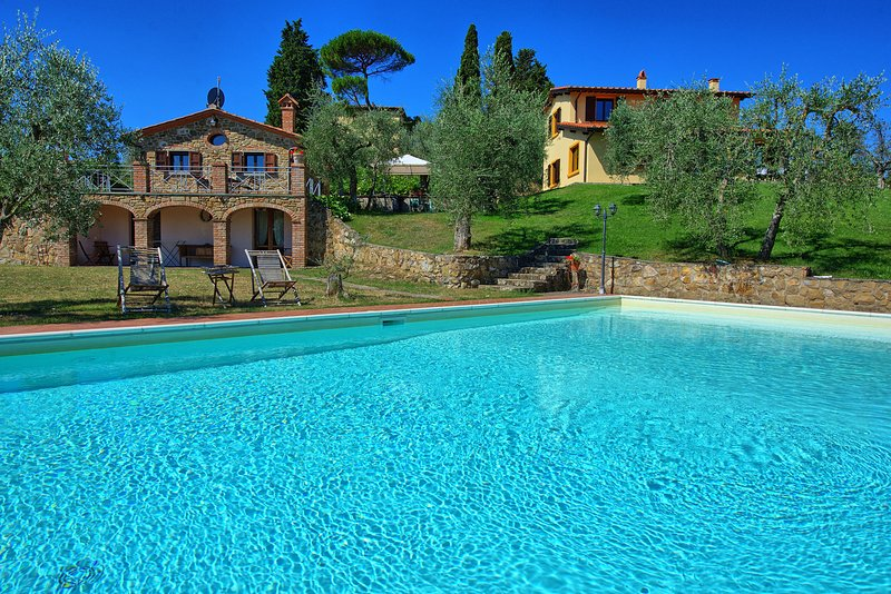Property with private pool, walking distance (650 m) from the town of Lucignano!, holiday rental in Lucignano