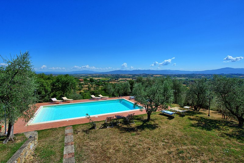 Villa for 12 persons with pool. Lucignano town is less 1 km walking distance!, holiday rental in Lucignano