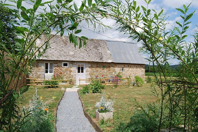 Tranquil countryside escape convenient for trips to Mont St Michel and Caen, location de vacances à Moyon