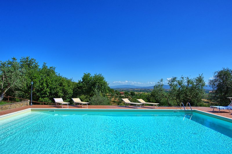 Country house walking distance to Lucignano, Cortona area. 4 bedrooms with pool!, holiday rental in Lucignano