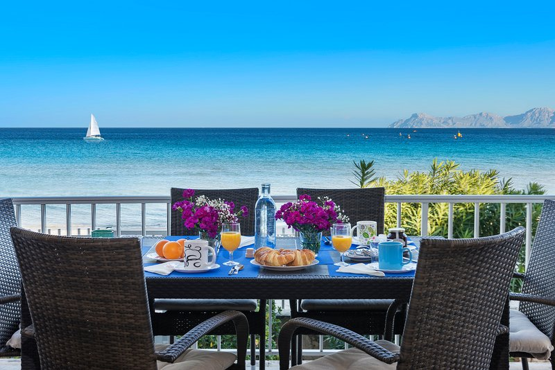 Stunning beach front apartment with direct access to the sandy beach, alquiler de vacaciones en Mallorca