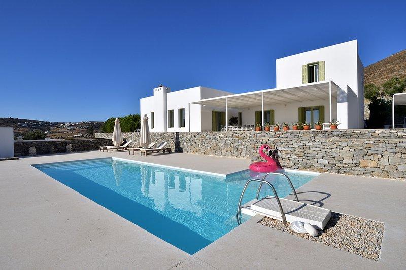Villa Aktaia with 4 br and private pool close to Parikia, location de vacances à Agios Charalampos