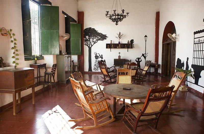 Café Mompox Colonial House - habitacion con baño con AC, holiday rental in Mompos