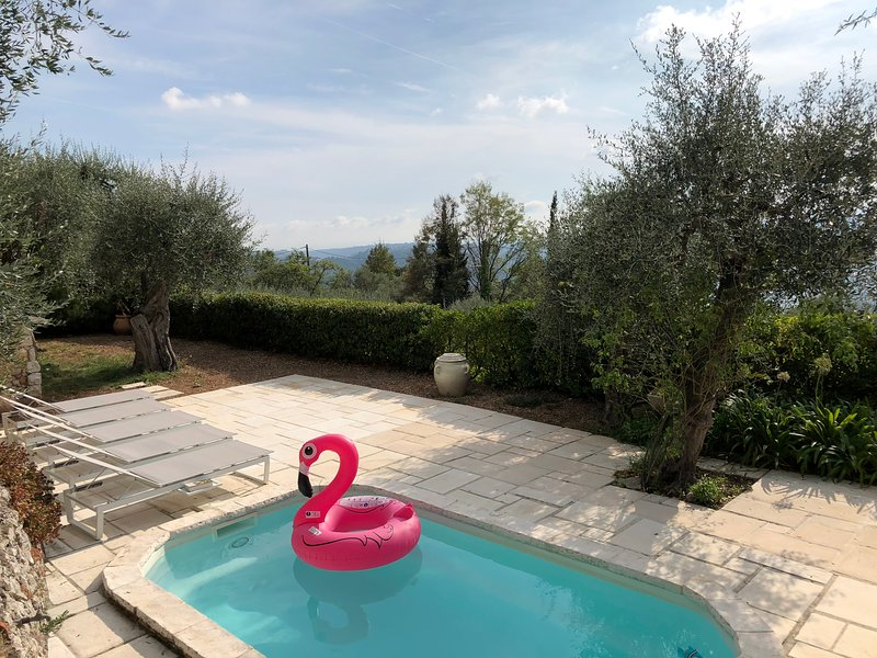 Beautiful house with breathtaking view near Nice, location de vacances à Castagniers