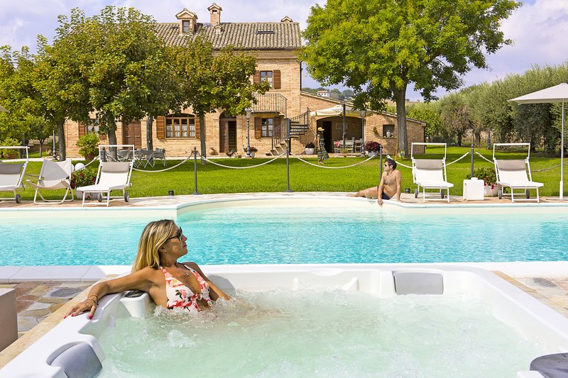 Villa Pedossa, Il Nido, classy attic in typical country Villa with pool&Jacuzzi, alquiler vacacional en Morro d'Alba