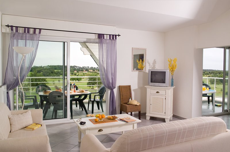 You will love your bright and modern holiday apartment on the golf course!