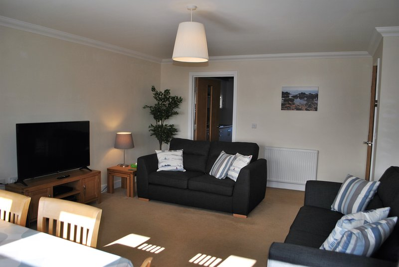 Forth View- stylish coastal apartment with sea views, holiday rental in Cellardyke
