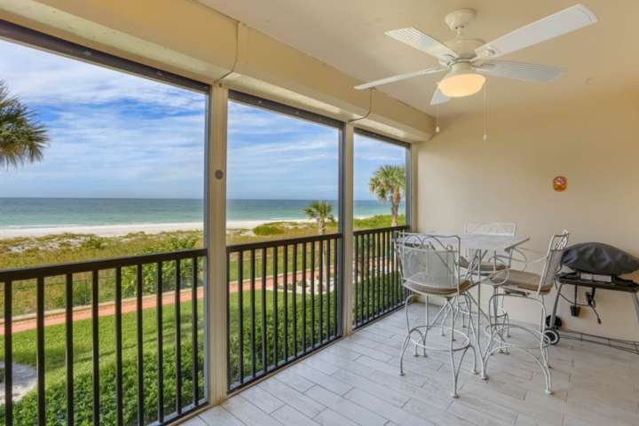 Vista fantástica da praia da sua varanda privada.