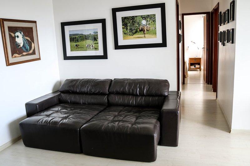 Sala com sofá de couro super confortável. Pode ser usado como sofá cama.