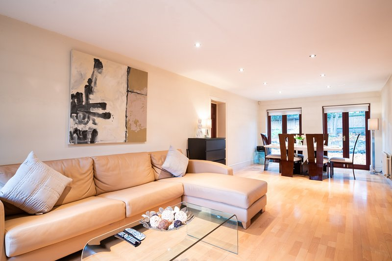 Charming Wimbledon Park Home close to Putney Heath, vacation rental in Morden