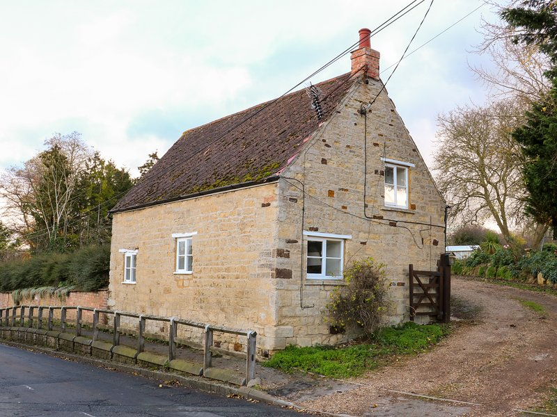 MANOR FARM HOUSE COTTAGE, WiFi, near Thrapston, holiday rental in Wellingborough