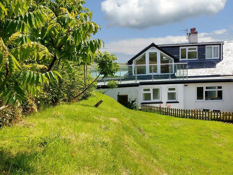 WATERS EDGE, 3 bedrooms, Sea and countryside views, WiFi, Haverfordwest, aluguéis de temporada em St Ishmaels