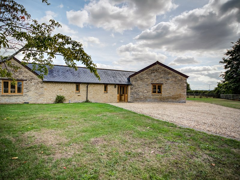 LOWER FARM BARN, 4 bedrooms and perfect for families, Oxford, Ferienwohnung in Minster Lovell