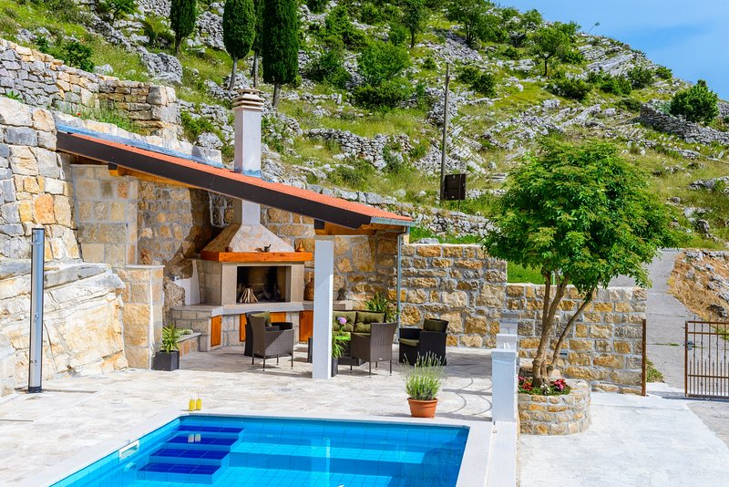 Villa Stone House Kuna - Three-Bedroom Villa with Private Pool, vacation rental in Ljuta