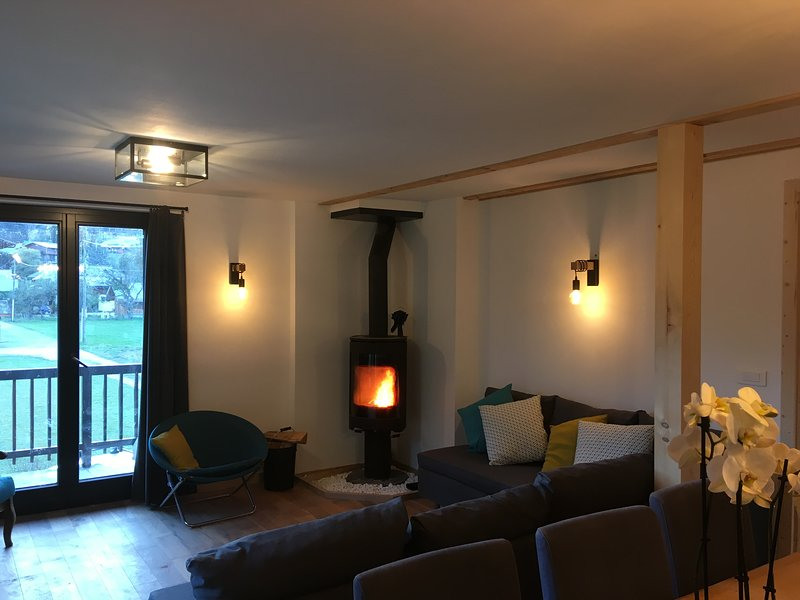 Cosy Chalet with log fire. B&B from 40E pp/pn. Evening meals also available., holiday rental in La Cote-d'Arbroz