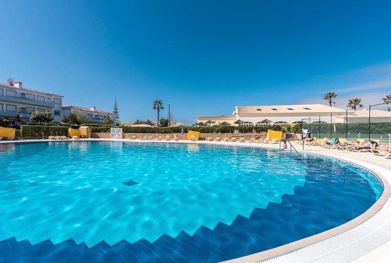 Spacious pool area at Oasis Parque!