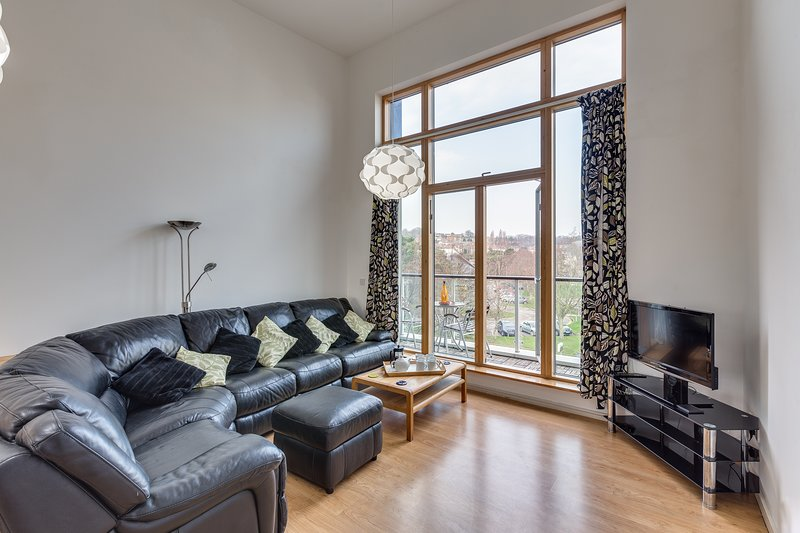 Spacious 2 Bed Apartment : Balcony + Jacuzzi + Parking, holiday rental in Magor