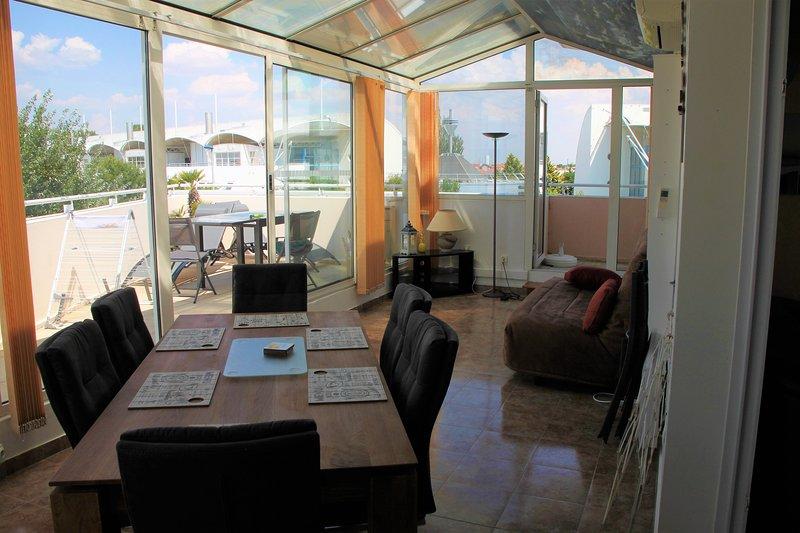 Petit déjeuner sur la terrasse avec vue sur lac, vacation rental in La Rochelle