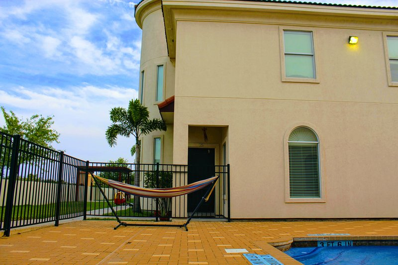Entire Condo in McAllen with Pool. (Modern, New, Smart Home)., location de vacances à McAllen