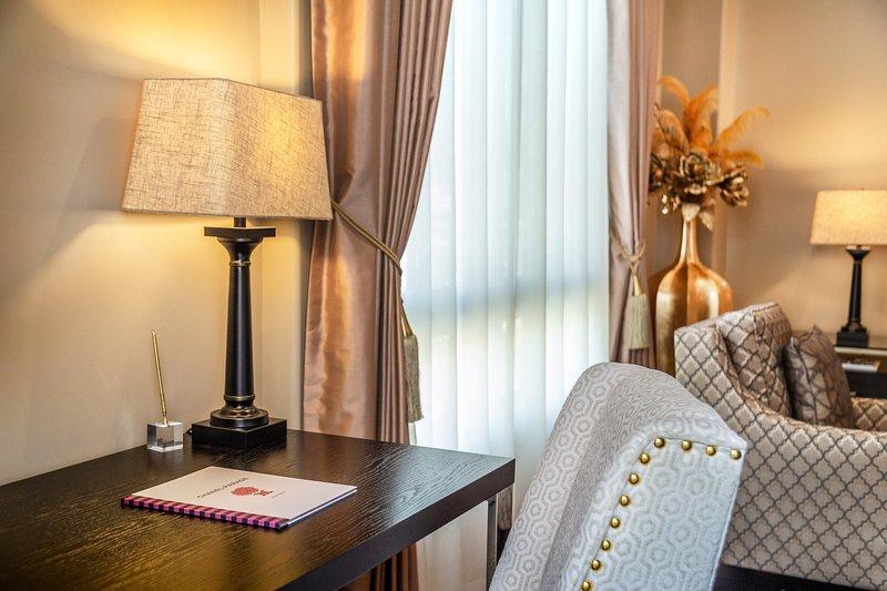 Luxury 2 Bedroom Penthouse Condominium in Glendale, vacation rental in Glendale