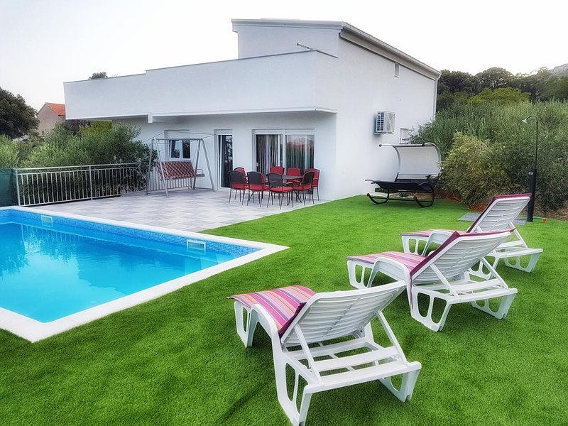 Novi Stafilic Holiday Home Sleeps 10 with Pool and Air Con - 5696099, holiday rental in Rudine