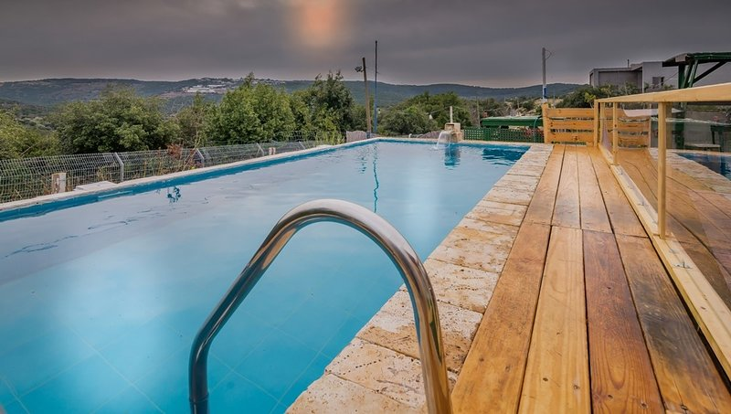 A sweet and 3 bedrooms villa with 3 jakuzi and heated.  private swimming pool, vacation rental in Mi'ilya