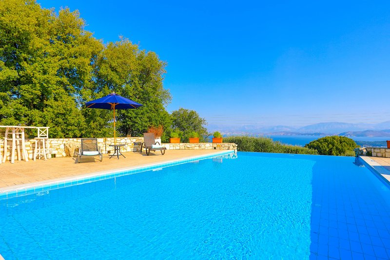 Helona: Villa Estate, heated pool, stunning views, A/C, holiday rental in Peritheia