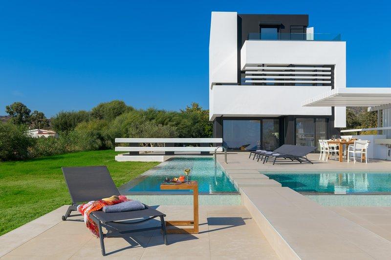 Royal Albatross Beach Front Villa, vacation rental in Gennadi