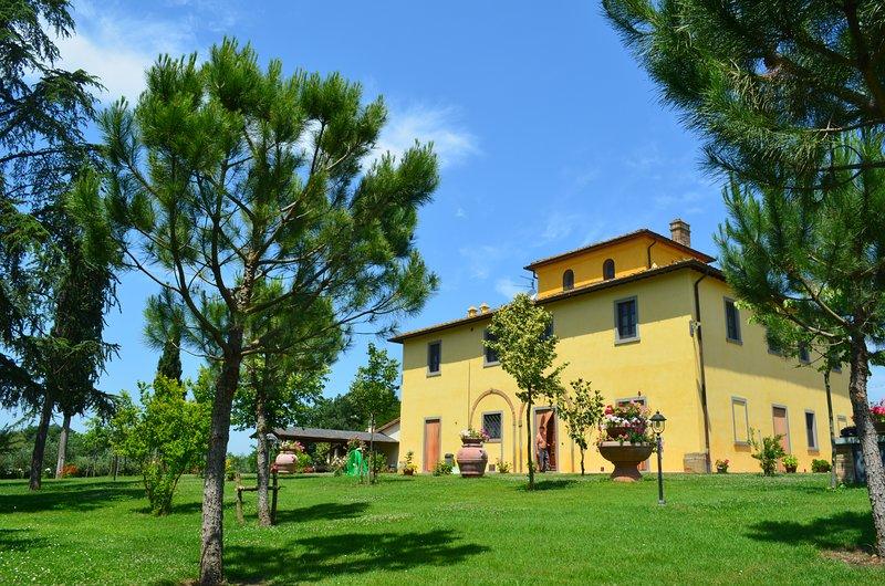 Villa Fratta, sleeps 14 villa with private pool, AC and Wi-Fi close to Cortona!, alquiler vacacional en Camucia