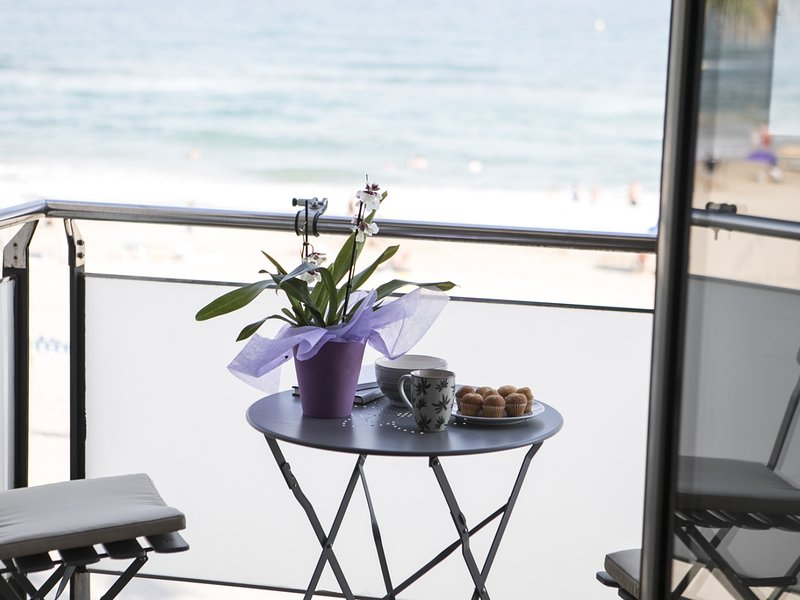 Apartment on the seafront with terrace to the sea, vacation rental in Torredembarra