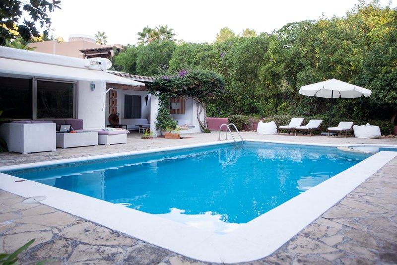 "Casa con encanto en urbanización  ""Can Furnet""  privada con vigilancia 24 horas, location de vacances à Ibiza"